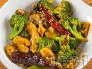 Рецепта Пиле по китайски с филе, гъби, броколи и пикантен сос